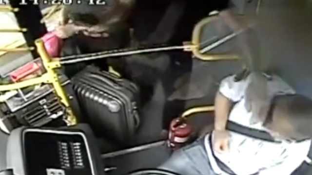 冲动!男子行车中掌掴公交司机被拘
