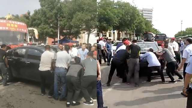小车停路中挡送考车,众人30秒抬走