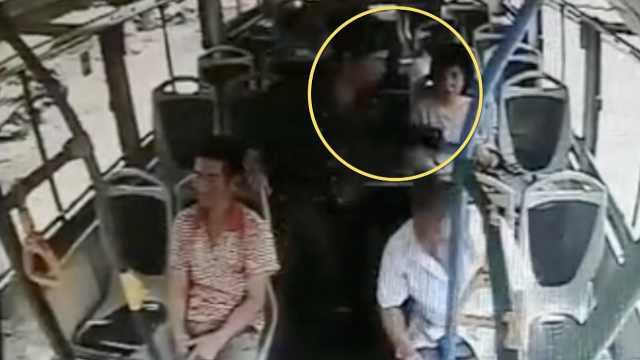 男子公交抢手机,司机狂追百米抓贼