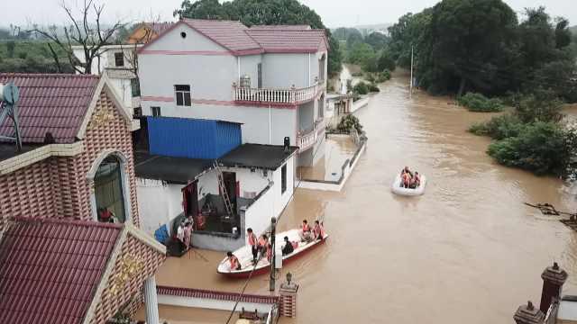江西遭暴雨侵袭,水漫屋顶、篮球架