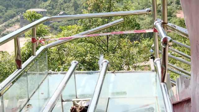 游客玩玻璃滑道撞破终点,飞出7米远