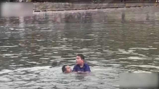 凤凰古城小游客落水,船工快速施救