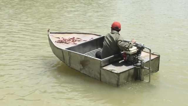 男子手工造出快艇:速度比牛车还慢
