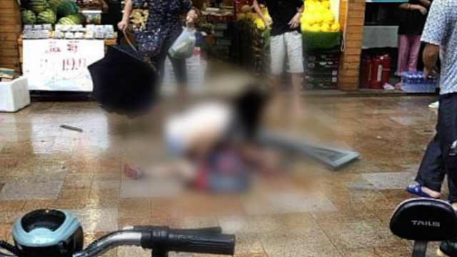 玻璃窗坠落砸倒6岁男童,警方介入