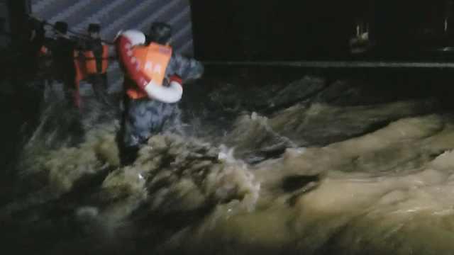 村庄被淹最深积水2米,消防夜救17人