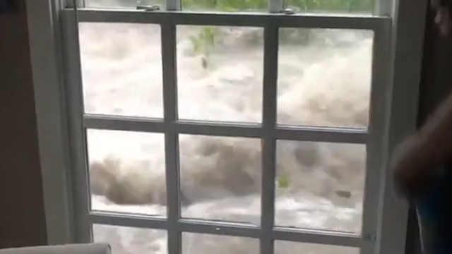 暴雨引发洪水,几分钟内将房屋包围