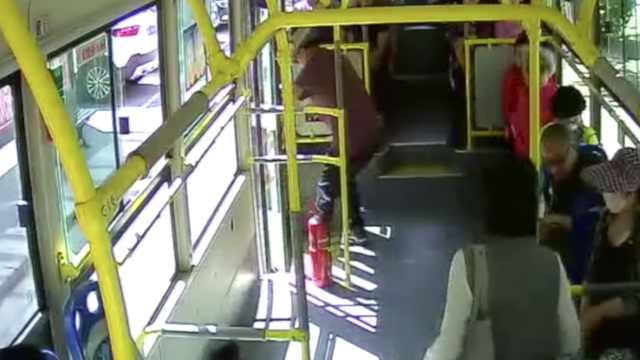 下车险被车门夹,老汉抢公交方向盘