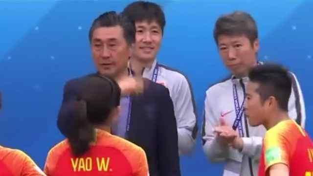 中国女足世界杯小组出线贾指导落泪