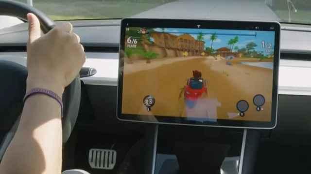 特斯拉方向盘还能玩赛车游戏?