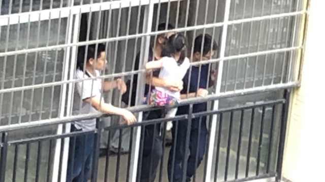 女童5楼坠下,他们3楼隔防盗网抱住