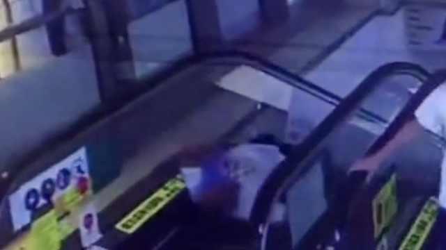 监控:男子乘扶梯摔倒,商场否认故障