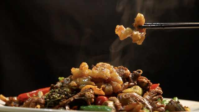 大哥自制炒鸡圈里硬核菜:牛鞭炒鸡