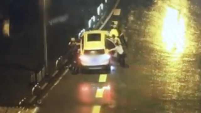 他醉驾车里睡着,民警敲碎车窗救人
