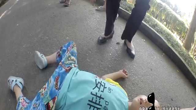 熊娃躺路中呼呼大睡,民警吓得打120
