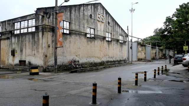 网红红专厂拆除,游客拍照留恋:可惜