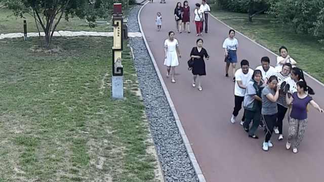 孕妇羊水破裂,市民手搭担架抬200米