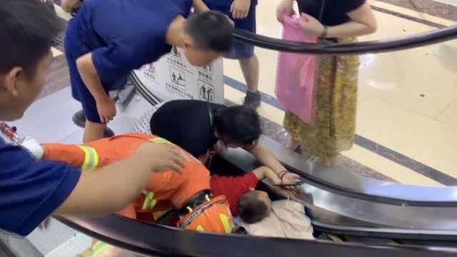 幼童手臂卷入扶梯,消防员心疼落泪