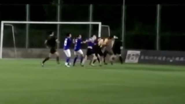球员不满判罚,围殴裁判被终身禁赛