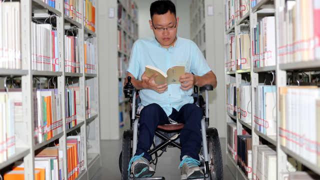 身藏22颗螺钉,他在轮椅上读完大学