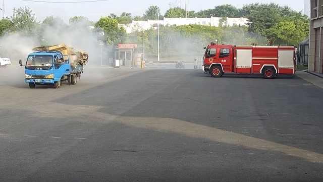 货车行驶中起火,冒烟冲进了消防队