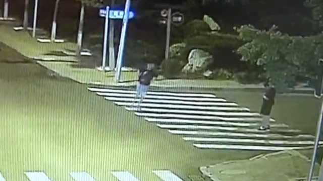 醉酒男子躺马路,民警帮洗脸查身份