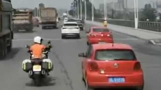 消防车遇堵,摩托主动领路指挥让行