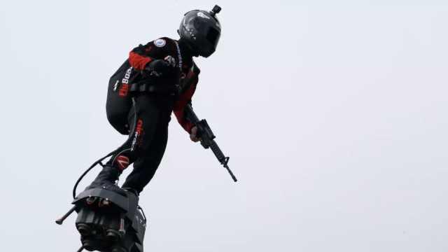 法国企业家阅兵式上表演踏板飞行