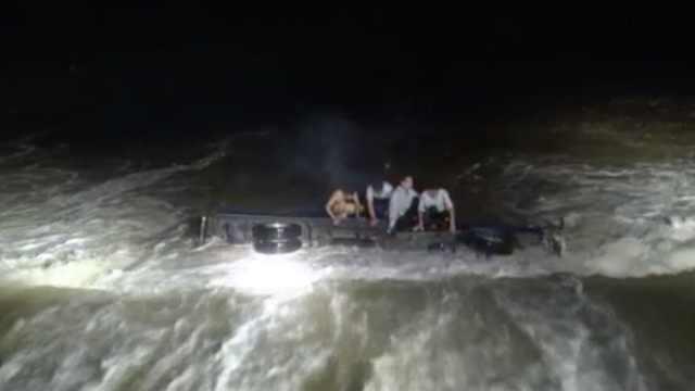 货车强行过河被掀翻,3人被困激流