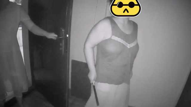 嫌楼上太吵,女子挥刀砸门推搡民警
