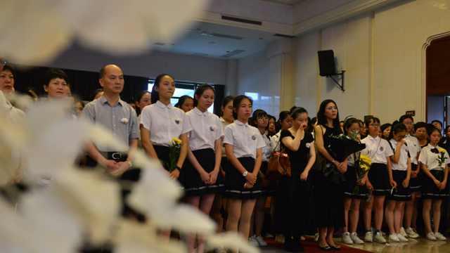 28岁老师离世,学生合唱泣不成声