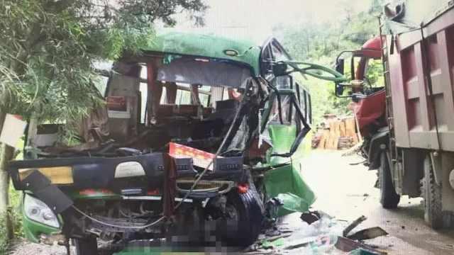 重型货车与大客车相撞,车头被撞碎