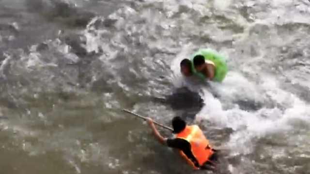 河水暴涨,叔侄被冲走15米抱石求生