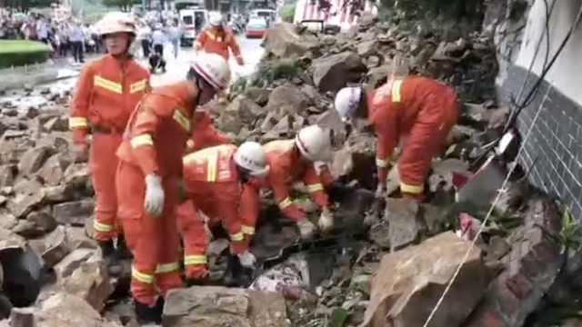 陕西山体垮塌砸2车,消防刨土救4人