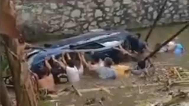 小车坠入鱼塘,村民下水合力救援