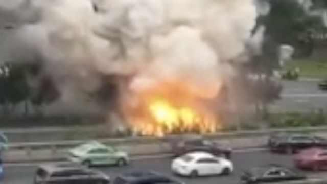 成都一汽车起火爆炸,腾起大团烟雾