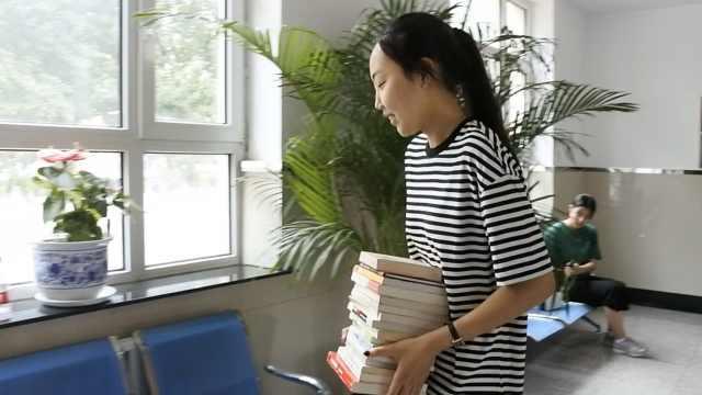 女学霸考取北大,捐最爱书籍给母校