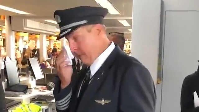 合唱团为即将退休的机长献歌送惊喜