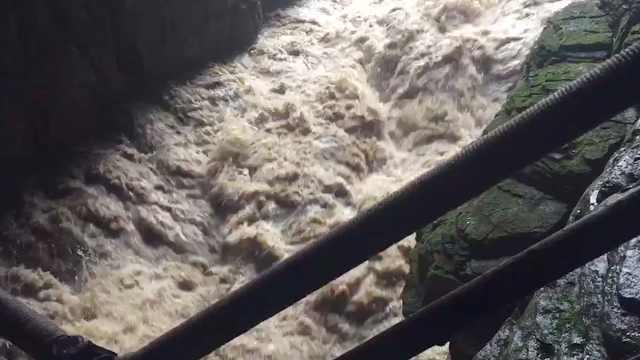 暴雨湍急!湖北利川腾龙洞景区关闭