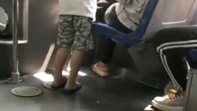 实拍:男童公交上当众小便,尿液横流