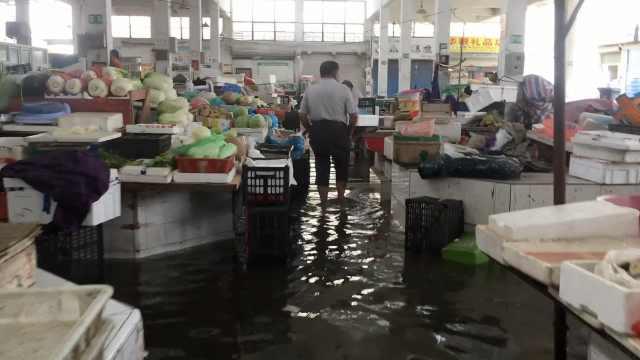 利奇马过境浙江,菜场商贩淌水卖菜