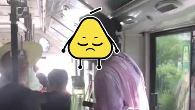 老太搭公交没座位,竟坐到小孩腿上