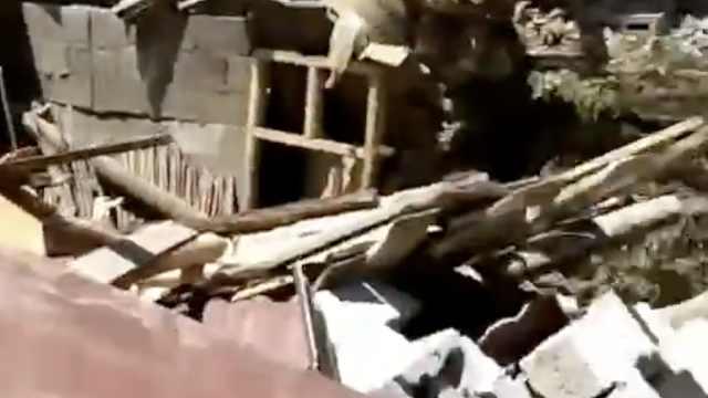 山体垮塌埋3民房,村民打电话喊跑