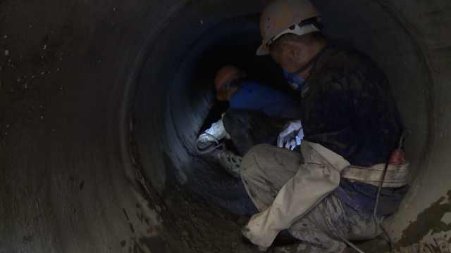 疏浚工每天清淤8吨,汗水装满水裤