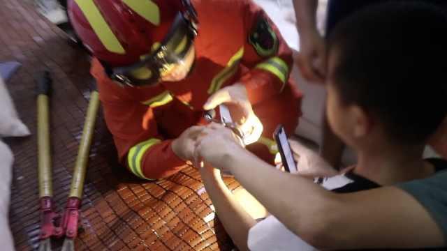 熊娃卡手变话痨,奶声指导消防救援