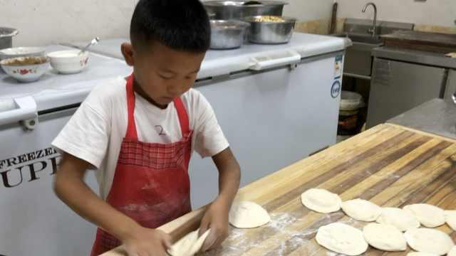 7岁男童给爸帮厨,日擀600张包子皮