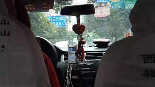 出租车司机开车全程看剧,乘客投诉