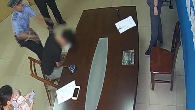 面对司法拘留,老赖突然头撞桌撒泼