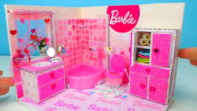 DIY芭比娃娃的粉色大浴室