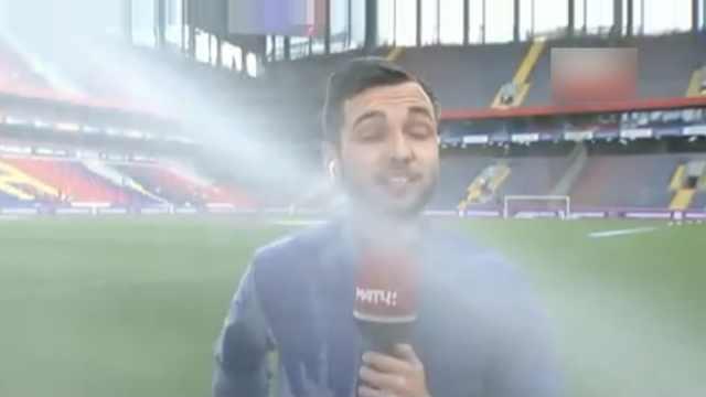堅持播報!記者直播遭遇球場澆水