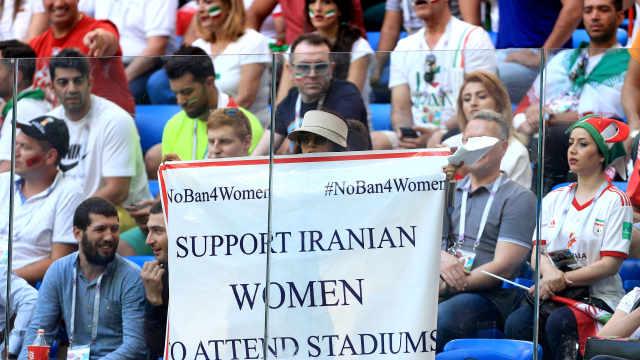 女扮男装,伊朗四名女性观赛被逮捕